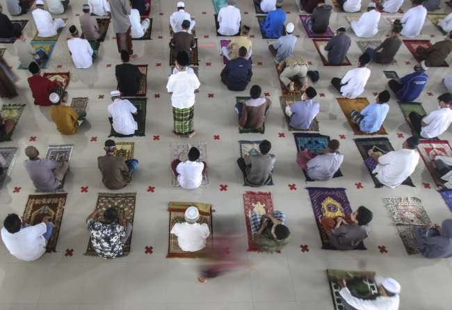 Muslims observe first Friday prayers of Ramadan amid pandemic